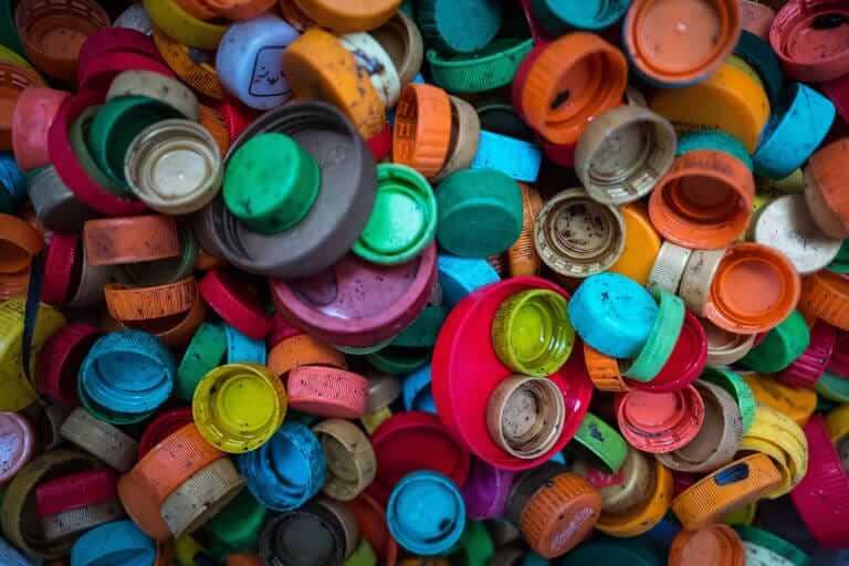 Microplástico gerando poluição e contaminando água do oceano