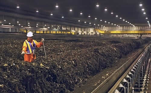 Um bom exemplo é o programa de processamento orgânico da cidade de Edmonton no Canadá que usa a porção orgânica dos resíduos coletados em combinação com biossólidos (lodo de esgoto tratado) para criar composto, um rico suplemento de solo.